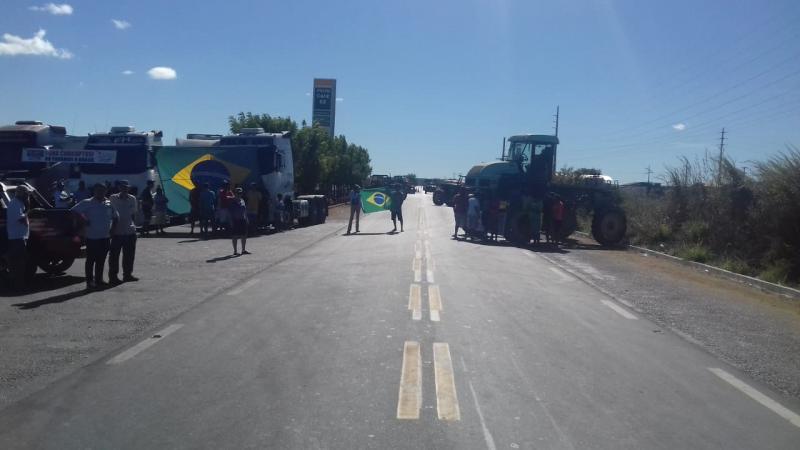 Caminhoneiros continuam greve após anúncio de acordo com governo