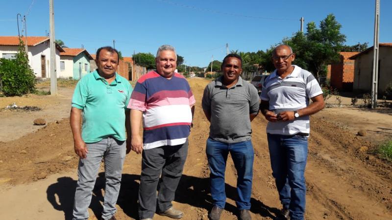 Prefeito Dr Alcione Barbosa vistoria obras de calçamento e recuperação de ruas em Bairros