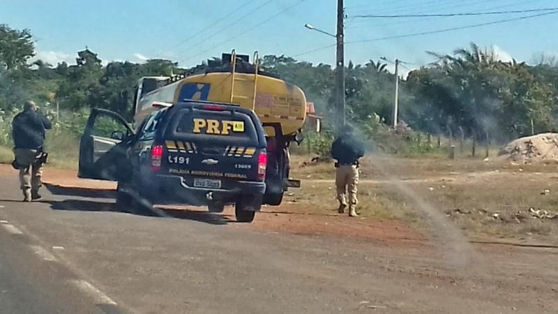 PRF escolta caminhões com combustível até o aeroporto