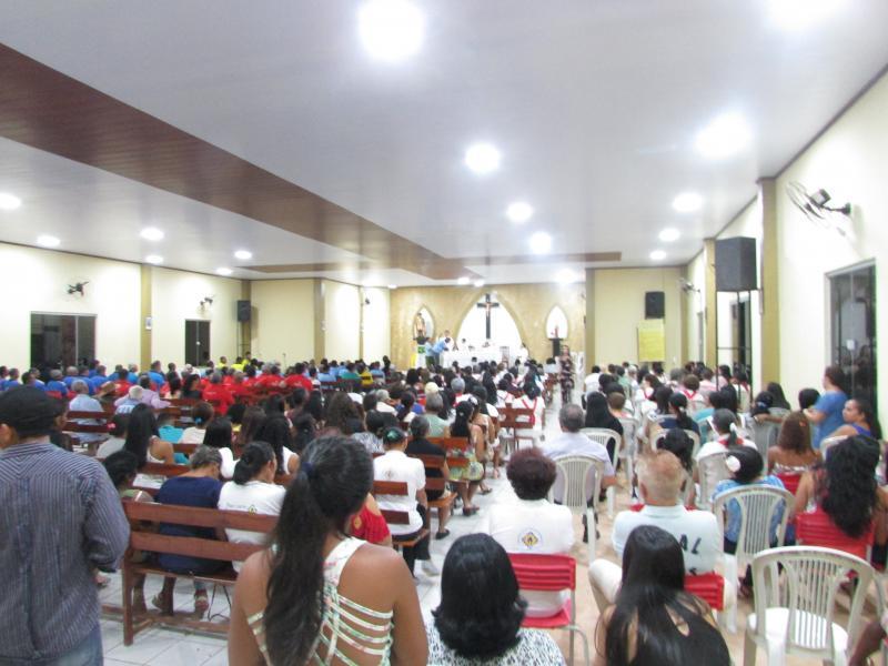 Igreja Católica fica completamente cheia na noite do vaqueiro