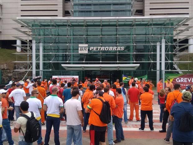 Petroleiros decidem entrar de greve a partir de quarta-feira