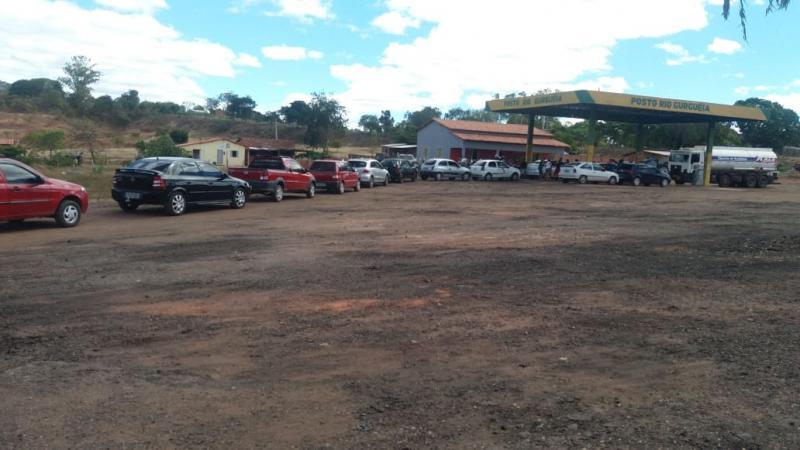 Uma enorme fila de automóveis se formou no início da tarde de hoje no posto Rio Gurguéia