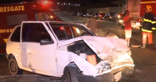 Colisão entre carros deixa uma pessoa presa às ferragens em Teresina