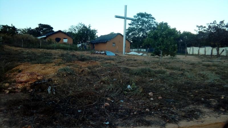 Padre João ergue cruzeiro e propõe construção de praça na comunidade Santa Fé