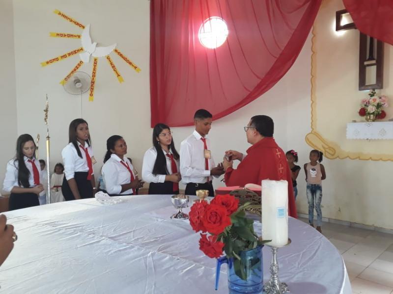 Paróquia Santa Cruz realiza crisma de 81 pessoas