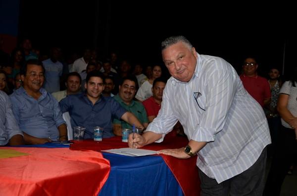 Prefeito Dr. Alcione Barbosa Assina contrato de asfalto que liga Lagoinha do Piauí a Agricolandia