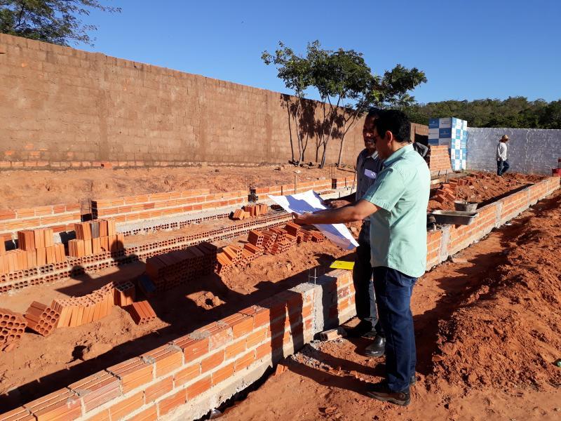 Prefeito Aurélio Sá visita obra de arquibancadas no Estádio Municipal de Landri Sales