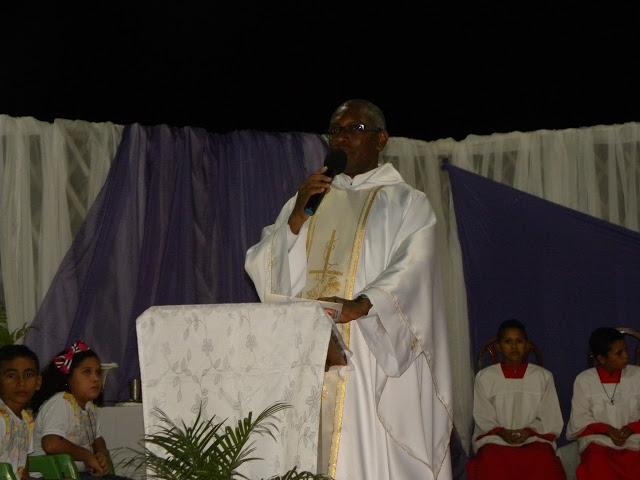 Padre Brasilino anima sexta noite do novenário de São Miguel Arcanjo