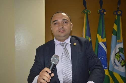 Vereador Tharlis Santos solicita melhorias no Mercado Público