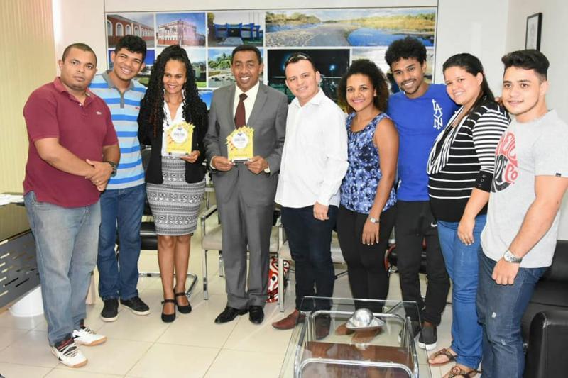 Prefeito Joel e secretária de Cultura recebem troféu pelo apoio ao 9° Festival Nordestino de Cultura Junina
