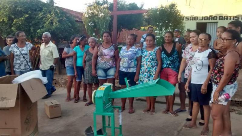 Vereador Waldir e Elisangela Moura doam forrageira para quebradeiras de coco da comunidade Tamboril