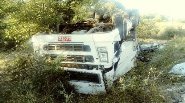 Caminhão com farelo de soja tomba na BR-316 e populares roubam carga