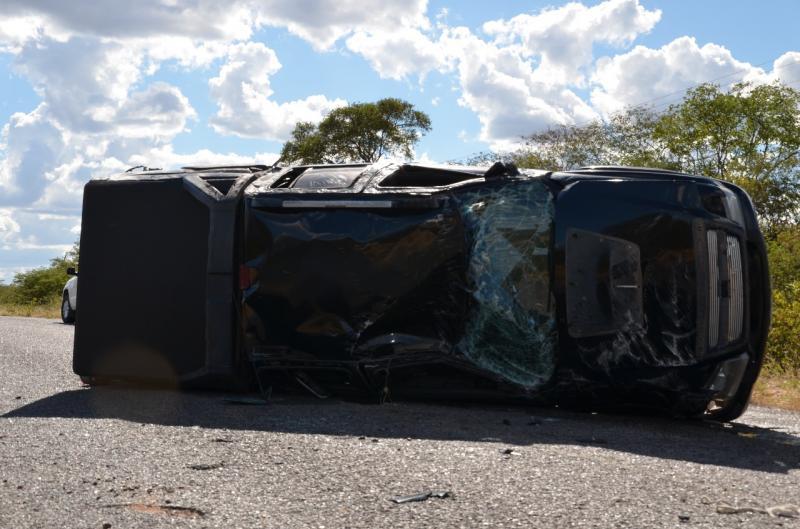 Motorista perde controle de carro e capota veículo na PI 243