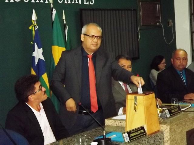 Candidato único, vereador Manoel Filho é reeleito presidente da Câmara de Esperantina