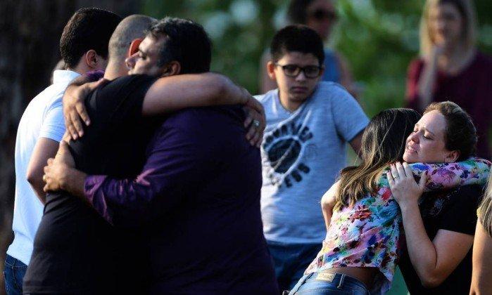 Adolescentes mortos em escola serão enterrados neste sábado