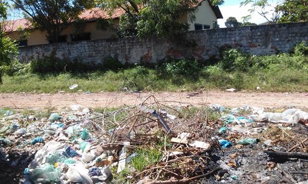Entulho, mato alto, lama e lixo bloqueiam caminho de alunos até escola em Esperantina