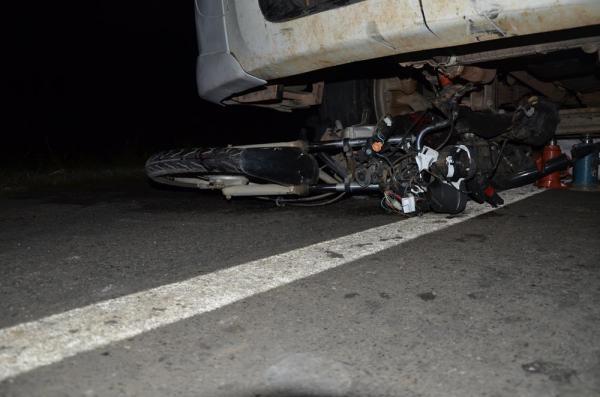 Motociclista é arrastado e fica preso debaixo de caminhão na BR-343