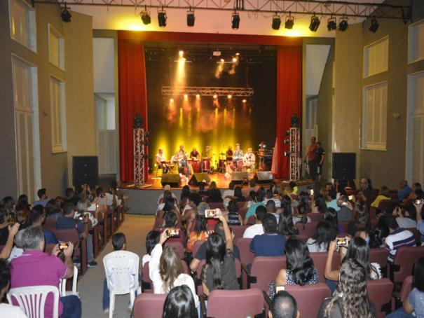 Dudu Nobre e Arthur Espíndola cantam clássicos do samba em show no Cine Teatro Oeiras